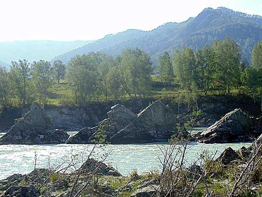 """""""Зубы дракона""""- скалы на середине реки Катунь в с.Элекмонар."""