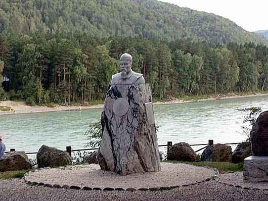 Памятник Рериху из белого мрамора на Бирюзовой Катуне